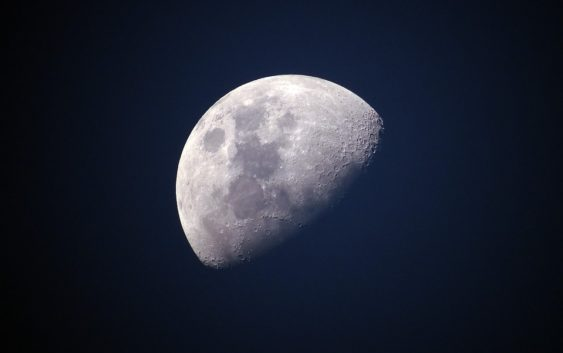 První turista na oběžné dráze Měsíce