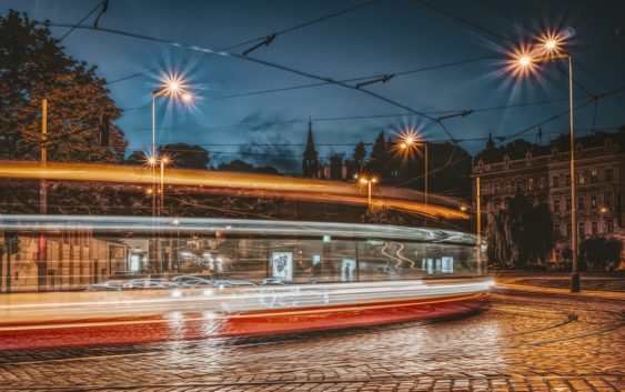Pražské tramvaje prošly modernizací. Jízdenku si můžete koupit i kartou při jízdě