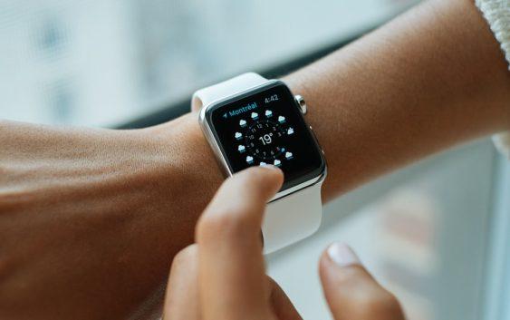 Češi se vyžívají v technologiích. Platí třeba hodinkami